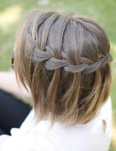 Une tresse à demi détachéeUne technique de coiffure beaucoup moins complexe qu'elle en a l'air. Il suffit de s'entraîner quelques fois devant le miroir.Découvrez nos astuces pour bien coiffer votre frange et pour donner un maximum d'éclat à vos cheveux.