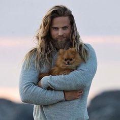 Este homem segurando um filhote. Meu deus. | 19 homens que vão fazer você esquecer os caras de cabelo curto