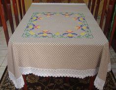Toalha de Mesa em tecido xadrez bordado em ponto cruz duplo e barrado de renda guipure Bordada por Gentil Navarro