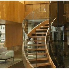 On instagram by design_e_comportamento  #homedesign #metsuke (o)  http://ift.tt/1JJJusK  Escadas- quem projeta sabe o quão inspirador tem que ser o trabalho diante dos cálculos! E esta nos ganhou! Inspiração #inspiration #inspiracao #home  #homedecor #staircase #escada #madeira #wood #house #interiordesign #glass #vidro #guardacorpo #