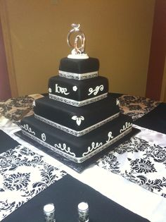 Criss crossing and overlaying runners can add a lot of depth to an accent table, guest book table, or cake table. We LOVE this black wedding cake too!