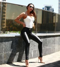 Casual Leggings Outfit, Legging Outfits, Leder Outfits, Pants Outfit, Patent Leather Pants, Leather Skinny Jeans, Pu Leather, Mode Punk Rock, Women With Beautiful Legs