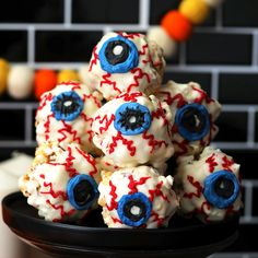 Nutty Popcorn Eyeballs It is so eyeballing yummy Related Post brianna fraser / bree-anuh. Nutty Popcorn Eyeballs – Blue Demons lové BBQ Popcorn Chicken – Atysse Na. Halloween Desserts, Comida De Halloween Ideas, Halloween Eyeballs, Halloween Food For Party, Halloween Cupcakes, Halloween Treats, Diy Halloween Videos, Halloween Night, Costume Halloween