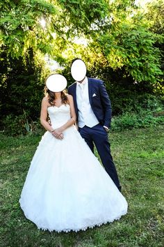 Vends Robe de mariage d'occasion Pronovias dentelle, silhouette princesse avec décolleté en coeur confectionnée en tulle avec applications de dentelle et broderie au fil, avec traîne.  Couleur ivoire  Année : 2014    En parfait état, portée une fois, lavé