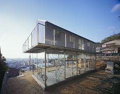 Located in Mount Rokko, with spectacular views overlooking Kobe, the 'House in rokko' by Japanese Architect Yo Shimada explores the way Architecture can minimize physical impacts upon the environment while maintaining the views. Architecture Résidentielle, Japanese Architecture, Contemporary Architecture, Minimalist Architecture, Sustainable Architecture, Sustainable Design, Hillside House, Two Storey House, Steel House