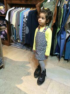 دخترم در حال پرف كردن كفشهاى بابا رضا