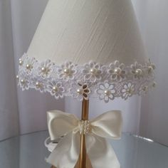 Pure luxury in this linen and pearl lamp. A special touch .- Puro luxo nesse abajur em linho e pérolas. Um toque especial para o quarto de s… Pure luxury in this linen and pearl lamp. A special touch for your princess& room. Baby Decoration, Handmade Lamps, Shabby Chic Style, Lamp Shades, Lamp Design, Diy And Crafts, Pure Products, Satin Bows, Ideas