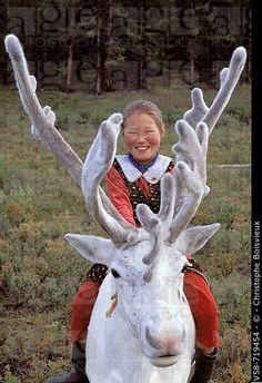 Chica Tsaatan monta un reno. Taiga Roja. Hövsgöl. Mongolia