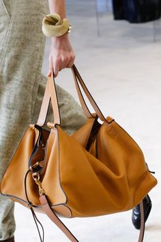 See all the Details photos from Loewe Spring/Summer 2017 Ready-To-Wear now on British Vogue Hermes Handbags, Fashion Handbags, Purses And Handbags, Fashion Bags, Leather Handbags, Leather Bag, Luxury Handbags, Cheap Handbags, Balenciaga Handbags