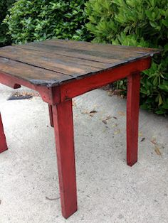 @Tracy Stewart Rudisill - Another idea to use your Annie Sloan chalk paint on... :)  Weathered Pieces: Pallet Table - how cool with those red legs!