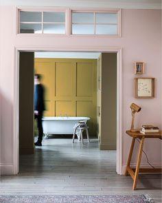OCHRE GOLD // En av grejerna vi fullkomligt älskar med vår fantastiska Colour of the year 2016 är hur den kan kombineras i oändlighet. Kolla här till exampel – SÅ fin tillsammans med den rosa kulören. Badrumsväggen är målad med vår våtrumsfärg Perform+ Bathroom som går att få i Ochre Gold, eller någon annan färg.