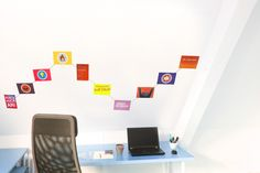Ein schöne Art und Weise mit Fotos und Postkarten an die Wand zu dekorieren. Ein Stahlseil wird einfach an der Wand in verschiedenen Formen befestigt. Die Fotos können dann leicht mittels Magneten wiederlösbar angebracht werden.
