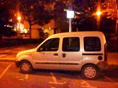 No se puede aparcar una furgoneta en un lugar reservado a las motos! @Palacio de Justicia de Valencia