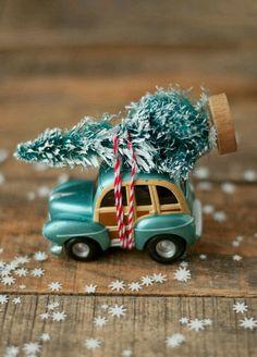 Resultado de imagem para making accessories for christmas villages Christmas Car, Little Christmas, Christmas Projects, Holiday Crafts, Holiday Fun, Vintage Christmas, Christmas Holidays, Christmas Decorations, Christmas Ornaments