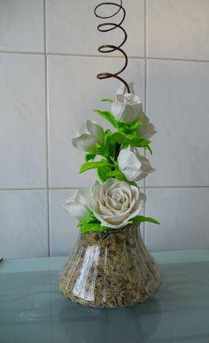 Arranjo de flores em eva com rosas brancas. Consulte opções de vasos e cores.