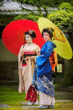 Maiko Katsuna and Geiko ? Geisha Japan, Geisha Art, Japanese Geisha, Japanese Beauty, Japanese Kimono, Asian Beauty, Yukata, Furisode Kimono, Kyoto