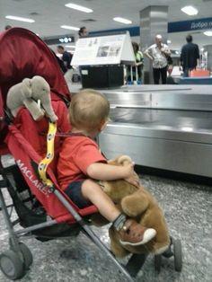 Viaggiare in aereo con i bambini: consigli semiseri per uscirne vivi!