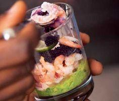 En riktigt lyxig räkcocktail med avokadoröra som blir en imponerande förrätt till nyårsmiddagen! Det mesta går att förbereda så att det enda som återstår när gästerna kommer är att toppa varje glas med kaviar och garnera glasen med limeklyftor!