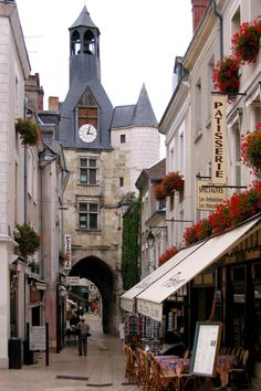 Amboise ~ is a small market town in central France. It lies on the banks of the Loire River.
