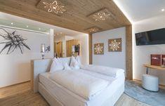 Neue Doppelzimmer im Alpin Panorama Hotel Hubertus! Traumhaft oder?  #leadingsparesorts #leadingspa #wellness #wellnesshotel #hotel #resort #südtirol #southtyrol #zimmer #room #roomtour #design #holz #modern #schlafen #schlafzimmer #gemütlich #boxspringbett #bett #entspannen #relax #resort #italien Relax, Resort Spa, Oversized Mirror, Modern, Bed, Room, Design, Furniture, Home Decor