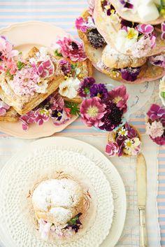 テーブル装飾はお花とお菓子で可愛くデコレーション。この状態だと保水はできないので、実際の結婚式では造花を使うのがおすすめです。