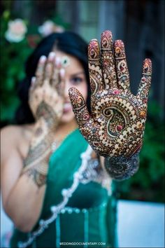 Mehndi is a local variant of henna designs in the Indian sub-continent. Indian, Bangladeshi, Pakistani and Sri Lankan women use mehndi for festive occasions, such as weddings, religious events and traditional ceremonies. Henna Tattoo Designs, Henna Tattoos, Henna Mehndi, Mehndi Designs, Arte Mehndi, Mehndi Tattoo, Mehndi Art, Bridal Mehndi, Body Art Tattoos