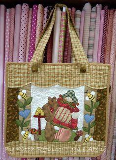 Bolsa em Patchwork, toda quiltada, forrada com tecido estampado 100% algodão. Fechamento com zipper, possui bolso interno.