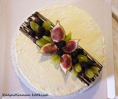 Kääpiölinnan köökissä: Bake a cake! - täytekakkua daim-vadelmatäytteellä ja pari kinkkuvoileipäkakkua