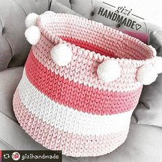 Inspiração fofolética @gizihandmade esses pompons deram um toque extra de lindeza #crochetinspiration #knittinginspiration #decorinspiration #cestoorganizador #pompom #mundorosa #organizer #organizesuacasa #cestofiodemalha #decorroom Crochet Bracelet Pattern, Crochet Mat, Diy Crochet And Knitting, Wire Crochet, Crochet Motifs, Tunisian Crochet, Crochet Home, Crochet Gifts, Crochet Patterns