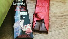 Lindt HELLO - Strawberry Cheesecake: Gefüllte Vollmilch-Schokolade mit Erdbeer-Quarkcrème (34%) und Gebäckstückchen (2%).