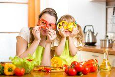 È una vera battaglia quella che si combatte ogni qualvolta bisogna convincere i bambini a mangiare cibi san. Come fare? Recentemente un gruppo di pediatri americani ha stilato un decalogo, che riassume alcune regole e qualche trucchetto per far si che i bambini preferiscano cibi sani a snack e merendine #bambini #pediatri #nutrizione