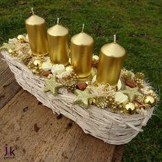Vánoční+svícen+Valentina+Popis:+Vánoční+svícenve+zlatýchbarvách.Bílý+košík+zdobí+svíčky,+skleněné+baňky,+pěnové+růžičky,+hvězdy,+roliničky,+zlaté+přízdoby,+skořice+a+ostatní+sušina.+Pod+svíčkami+jsou+kovové+bodce.Svíčky+nikdy+nenechávejte+hořet+bez+dozoru!+Slouží+pro+dekorativní+účely.+Vhodný+do+interiéru.+Rozměry:+Šířka:+cca+11+cm....