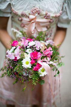 Brautstrauß und Dirndl im Frühling