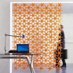 Divisorio decorativo per ufficio Geko di Caimi Brevetti. Elemento appeso disponibile in quattro colori .