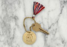 Schlüsselanhänger aus Messing mit Prägung | Etsys Deutscher Blog