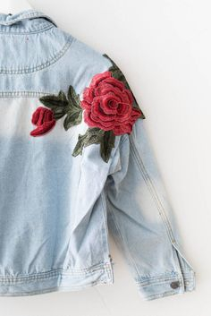 Red roses patched light denim jacket with a slightly cropped fit and frayed bottoms. Non-stretch heavy cotton denim. Denim Jacket Embroidery, Looks Jeans, Denim Art, Rose Embroidery, Diy Jean Embroidery, Sr1, Rose Tyler, Diy Jeans, Style Me