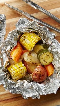 Grilled Vegetable Foil Packs Zucchini, corn, red potatoes, onion, and carrots are tossed in a butter-Dijon mustard mixture and seasoned with thyme for a simple (but delicious!) foil pack that works as the perfect side for the grill. Foil Packet Dinners, Foil Pack Meals, Tin Foil Dinners, Hobo Dinners, Clean Eating, Healthy Eating, Healthy Nutrition, Cooking Recipes, Healthy Recipes