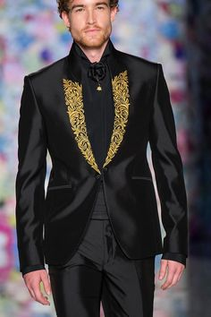 Carlo Pignatelli Fashion Show Mens Style Guide, Men Style Tips, Mens Fashion Suits, Mens Suits, Men Fashion Show, Graduation Suits, Haute Couture Outfits, Velvet Smoking Jacket, African Clothing For Men