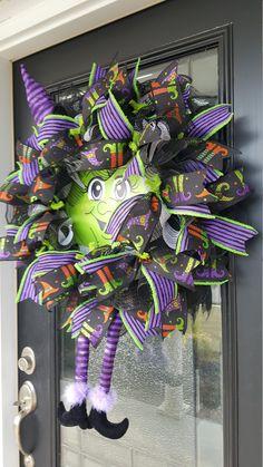 Halloween Witch Wreath, Halloween Witch Decorations, Halloween Deco Mesh, Halloween Party Decor, Halloween Stuff, Diy Halloween, Fall Mesh Wreaths, Christmas Mesh Wreaths, Wreaths For Front Door