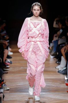 The complete Anrealage Spring 2018 Ready-to-Wear fashion show now on Vogue Runway. Pink Fashion, Fashion Art, Love Fashion, Runway Fashion, Fashion Beauty, Fashion Outfits, Womens Fashion, Fashion Design, Fashion 2018