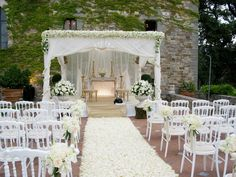 Ceremony with white roses, white hydrangea, white lisianthus and ivory roses. Event Planner : Wedding With a View.