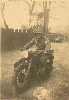 Soldado posando en una motocicleta BMW R 71 en Rumania.