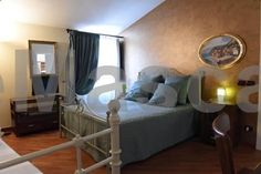 Il Grifone Gioia del Colle Il Grifone is located in Gioia del Colle, 37 km from Bari and 31 km from Matera. The rooms come with a private bathroom. A flat-screen TV with cable channels is featured. There is a cash machine at the property.