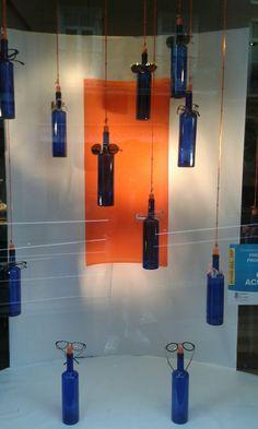 Escaparate de optica realizado con botellas