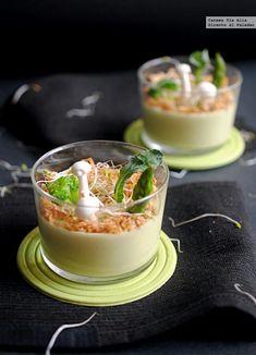 Vasitos de crema de espárragos verdes y queso parmesano