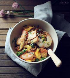 Często do pad thai dodaje się takie składniki jak: suszone krewetki czy pastę z tamaryndowca, ale i bez nich smakuje on równie dobrze. Dla m...