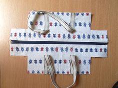"""Come realizzare una mini Boston ♪"" Bag Patterns To Sew, Sewing Patterns, Sewing Crafts, Sewing Projects, Handbag Tutorial, Japanese Bag, Sewing To Sell, Fabric Gift Bags, Fabric Handbags"