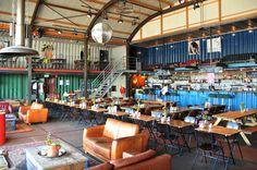 Restaurante Pllek en Ámsterdam, hecho a base de contenedores de carga y parte de nuestra Guía de planes alternativos en Europa.