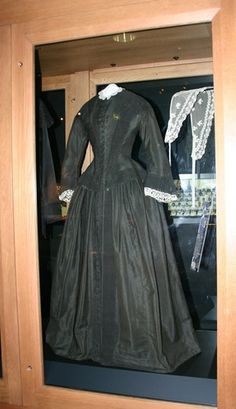 See how museums store heirloom dresses. This dress was worn by Florence Nightingale - Florence Nightingale Museum - London http://himetop.wikidot.com/florence-nightingale-s-dress