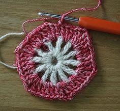 Crochet hexagon blanket: a step by step tutorial Crochet Hexagon Blanket, Crochet Squares, Crochet Blanket Patterns, Crochet Granny, Granny Squares, Crochet Motif, Knit Crochet, Crotchet, Handmade Crafts